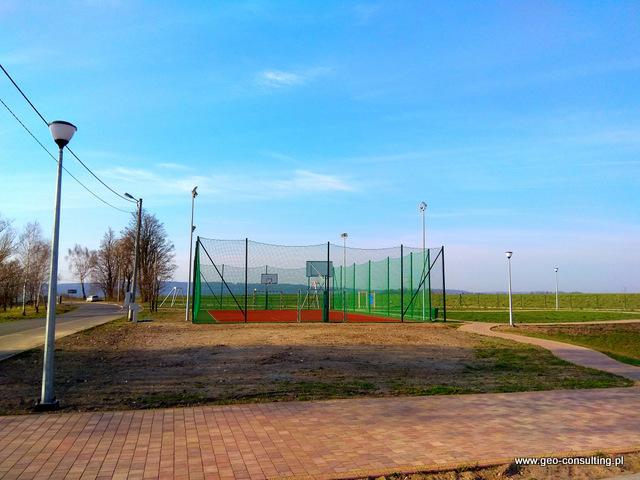 Boisko oraz ciąg rowerowo-pieszy w sąsiednich Karniowicach