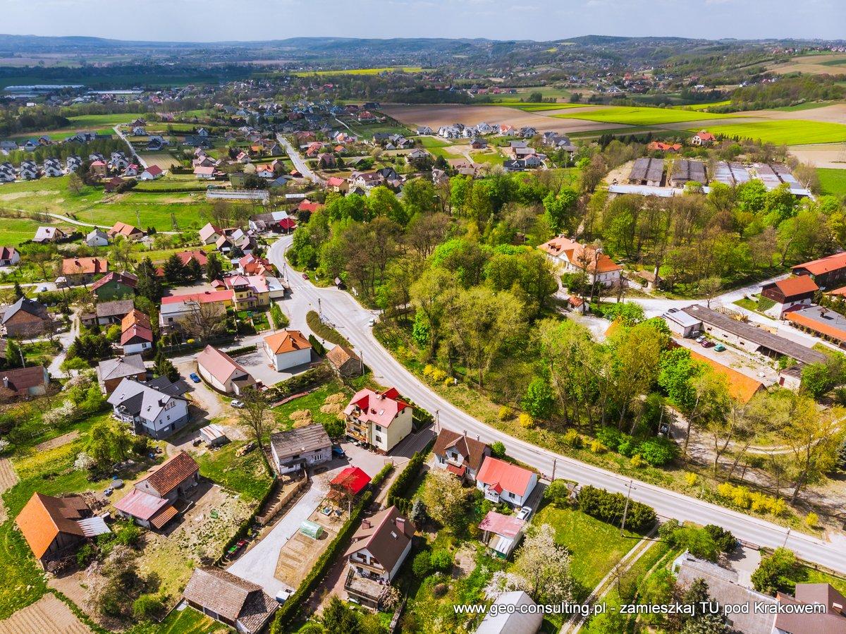 Dwór w Tomaszowicach oraz centrum miejscowości z drona.