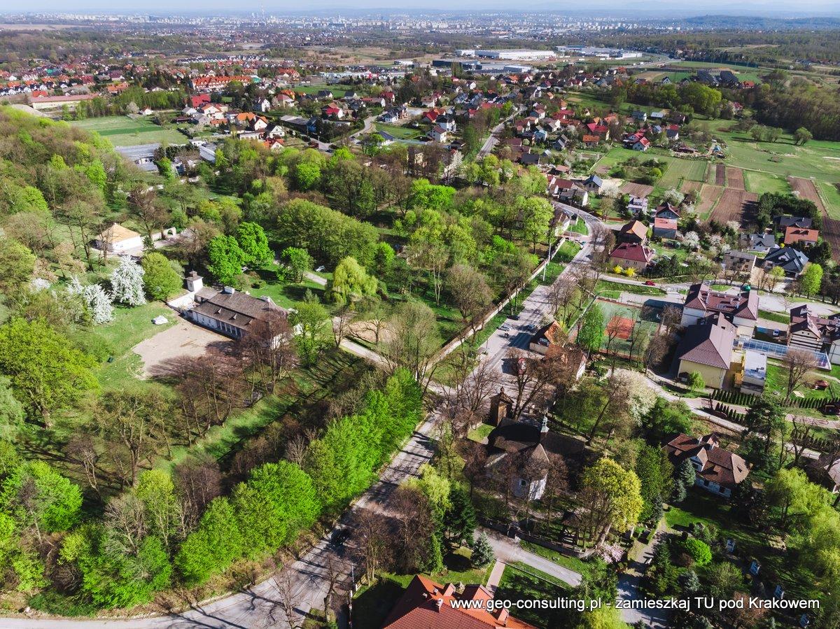 Dwór w Modlnicy oraz Kościół - centrum miejscowości z drona.